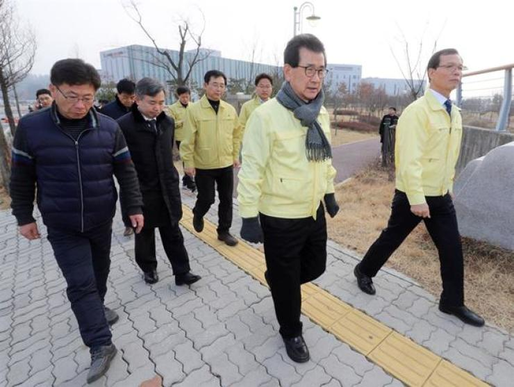 North Chungcheong Province Governor Lee Si-jong, center, visits a civil servant training facility in Jincheon County, Saturday, where Korean residents and students evacuated from Wuhan, China, on government-chartered planes are being quarantined. Yonhap