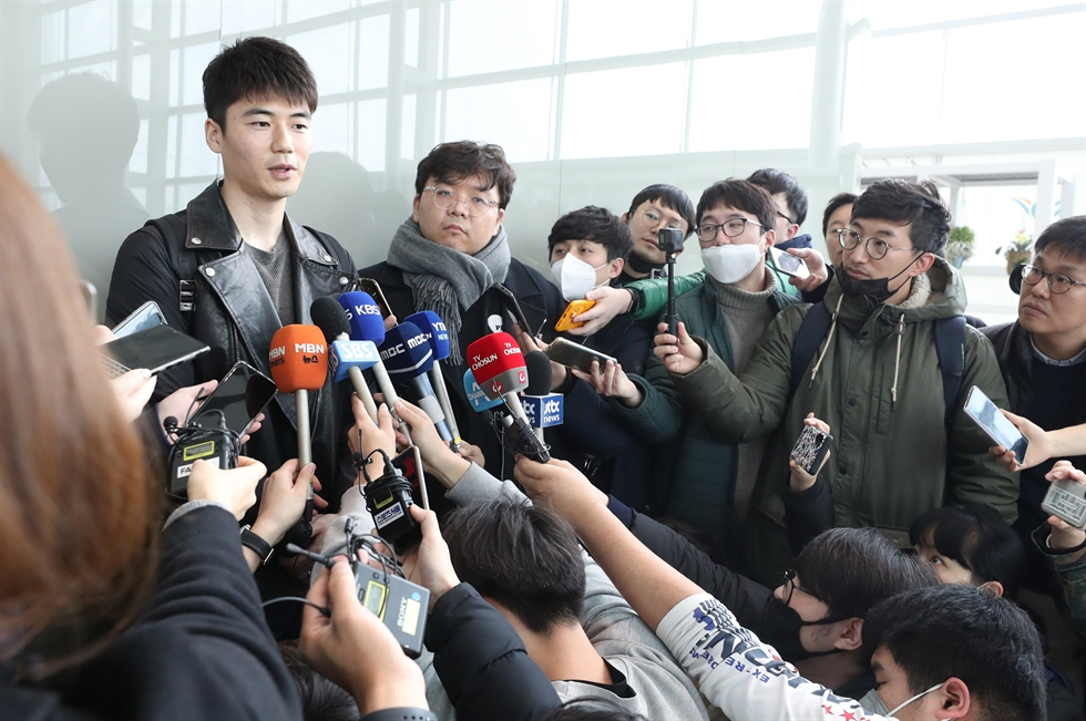 South Korean football player Ki Sung-yueng speaks to reporters at Incheon International Airport, west of Seoul, Friday, before departing for Spain to finalize contract talks with a La Liga club. /Yonhap