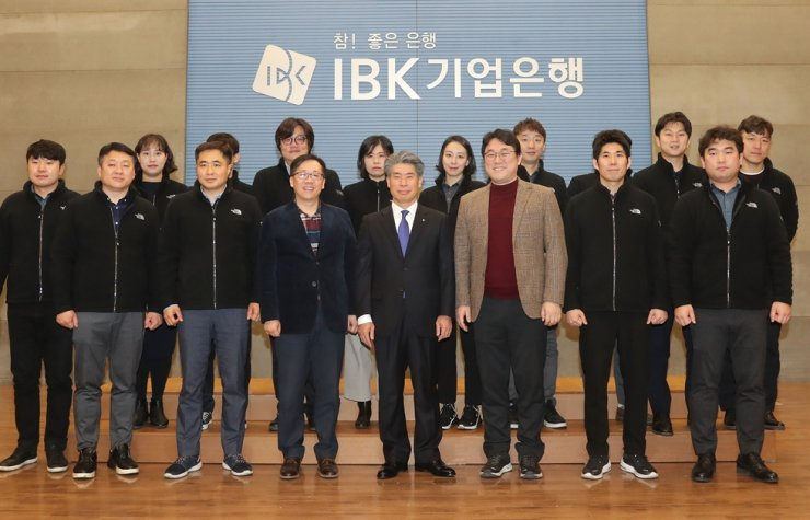 Industrial Bank of Korea (IBK) CEO Yoon Jong-won, front row center, poses with the IBK union leaders, after his inaugural ceremony at the state-run bank's headquarters in Seoul, Jan. 29. / Yonhap