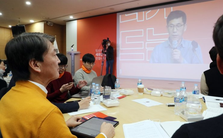 Ahn Cheol-soo listens to a lecture by former Dongyang University professor Chin Joong-kwon at Hi Seoul Youth Hostel in Seoul, Sunday, during an event to launch a preparation committee to set up a new political party. Yonhap