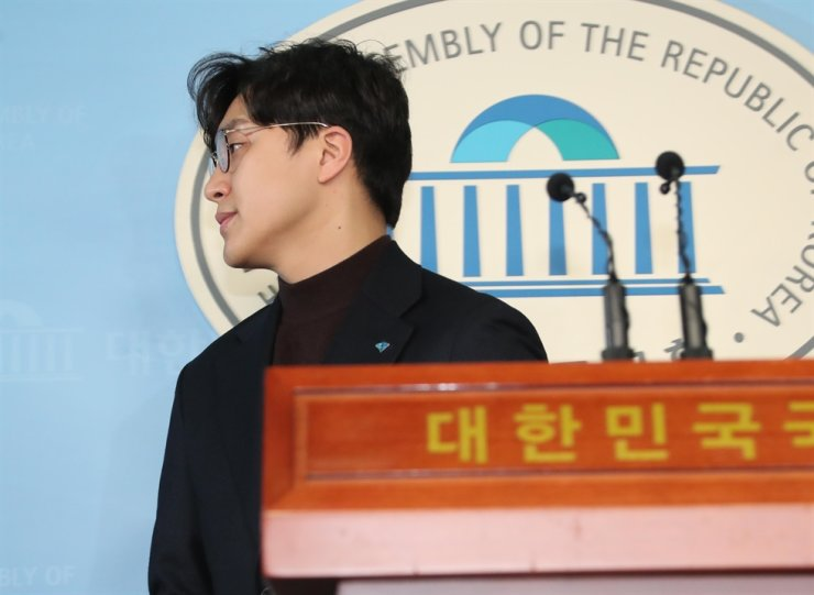 Won Jong-gun, one of the newly introduced members of the ruling Democratic Party of Korea for the April 15 general election, leaves a press conference hall at the National Assembly in Seoul, Jan. 28, after announcing he would leave politics amid a #MeToo scandal. Korea Times photo by Oh Dae-geun