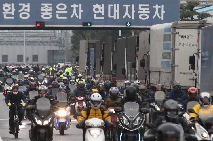 Workers at Hyundai Motor's car manufacturing plant in Ulsan leave work, Jan. 23. / Korea Times file