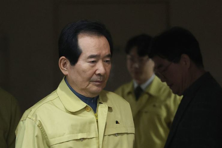 Prime Minister Chung Sye-kyun on Feb. 22 enters the briefing room at the Seoul Government Complex as he is about to make a national address regarding the novel coronavirus that has been spreading nationwide. Yonhap