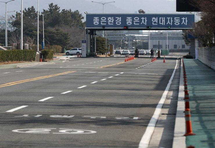 Seen above is the entrance to a Hyundai Motor plant in Ulsan on Feb. 10. The road shows no traffic as the plant was shut down due to the insufficient supply of auto parts imported from China. Yonhap