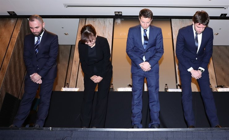 KLM Royal Dutch Airlines employees bow during a press conference at Four Seasons Hotel in Jongno District, Seoul, Friday, where they apologized for not allowing South Korean passengers to use an on-board toilet on Feb. 10 (Amsterdam time). Yonhap