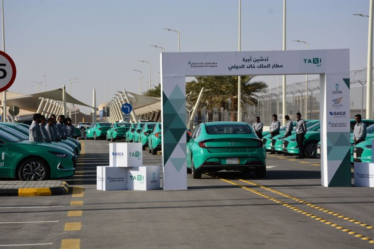 Hyundai Sonatas at King Khalid International Airport in Saudi Arabia on Jan. 22. Hyundai Motor said Monday it had signed a deal with Saudi Arabian transport firm Al-Safwa to deliver 1,000 Sonatas as airport taxis by the end of this year. One hundred were delivered on Jan. 22 and the rest will be shipped by the end of this year. Courtesy of Hyundai Motor