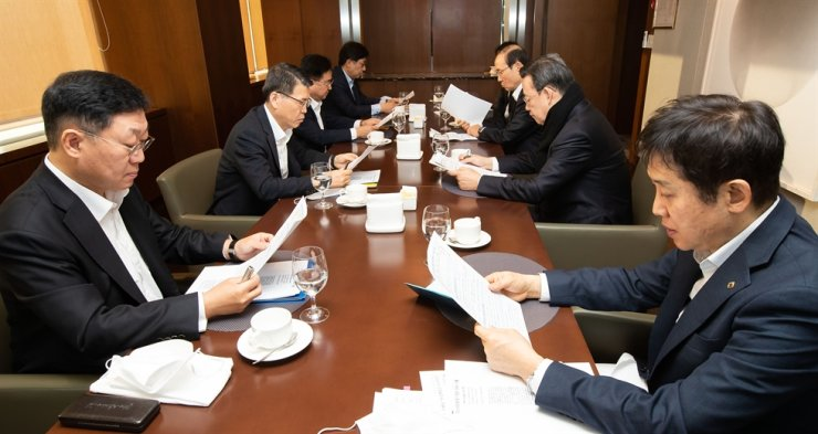 Financial Services Commission (FSC) Chairman Eun Sung-soo, second from left, talks to heads of six financial industry lobby groups at the Korea Federation of Banks (KFB) headquarters in Seoul, Friday. They vowed to work together to support small- and medium-sized enterprises facing difficulties due to the COVID-19 outbreak. Clockwise from left are Korea Financial Investment Association Chairman Na Jae-chul, Eun, Korea Life Insurance Association Chairman Shin Yong-kil, Korea Federation of Savings Banks Chairman Park Jae-shik, General Insurance Association of Korea Chairman Kim Yong-duk, KFB Chairman Kim Tae-young and Credit Finance Association Chairman Kim Joo-hyun. / Courtesy of FSC