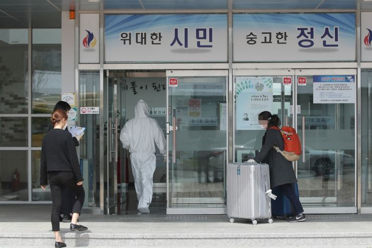 A passenger arriving from Germany enters into a government-designated quarantine facility in Gwangju, Tuesday. / Yonhap