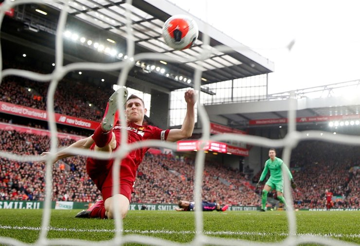Liverpool's James Milner clears the ball off the line during the English Premier League football mat between Liverpool and AFC Bournemouth at the Anfield in Liverpool, Saturday. / Reuters-Yonhap