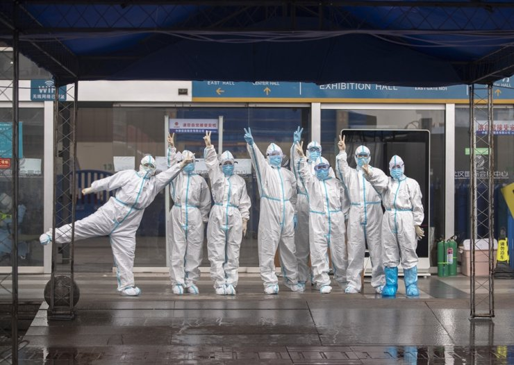The last batch of medical workers pose for a photo after walking out of the temporary hospital of Jianghan, in Wuhan, capital of central China's Hubei Province, March 9, 2020. (Xinhua/Fei Maohua)