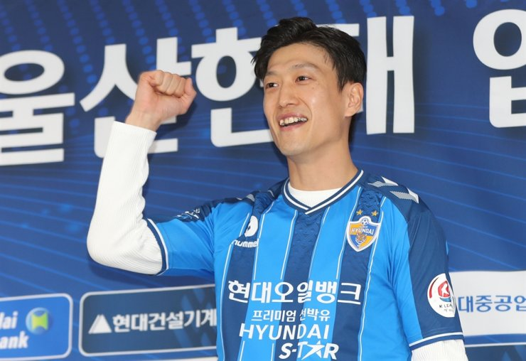 Lee Chung-yong poses during his official joining ceremony and press conference at the Korea Football Association Hall in central Seoul, March. 5. / Yonhap