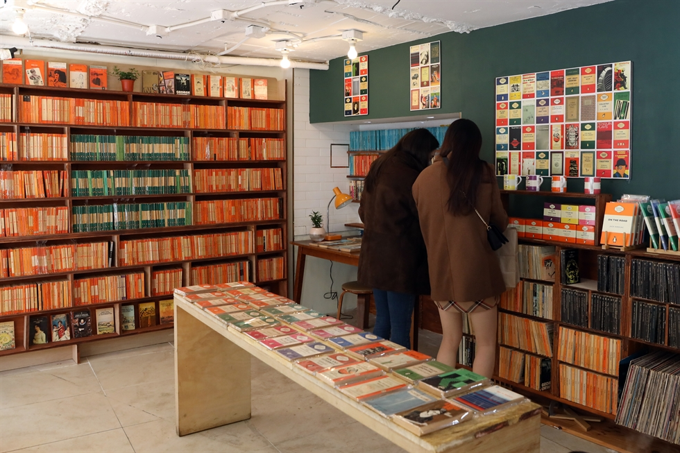 Shelves of Paperback bookstore in Itaewon, Seoul, are filled with vintage Penguin Books collected by owner Lee Hee-song. Korea Times photo by Choi Won-suk
