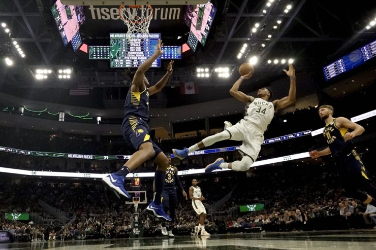 Milwaukee Bucks' Giannis Antetokounmpo (34) shoots after being fouled during the second half of an NBA basketball game against the Indiana Pacers Wednesday in Milwaukee. The Bucks won 119-100. / AP-Yonhap