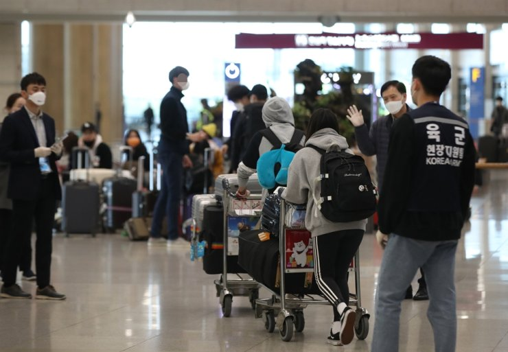 Passengers from Germany arrive at the Incheon International Airport, west of Seoul, Thursday. All passengers from the U.S. and Europe should undergo COVID-19 tests. /Yonhap