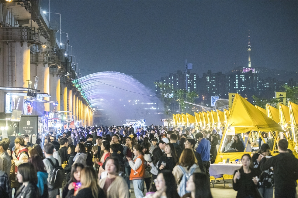Tourists enjoy a nighttime music concert in Jeonju, North Jeolla Province. The city runs its night tour program dubbed 'Night of Jeonju and Heritage Story.' / Courtesy of Korea Tourism Organization