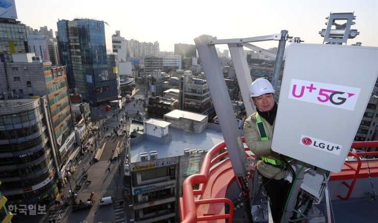 LG Uplus worker installs a 5G base station in Seoul in this Feb. 12 photo. Korea Times file