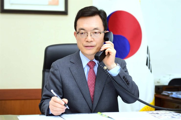 The foreign ministry has expressed regret to Australia's ambassador to Seoul after a Korean citizen was attacked in the Australian city of Albany in an apparent racist attack over COVID-19. Yonhap