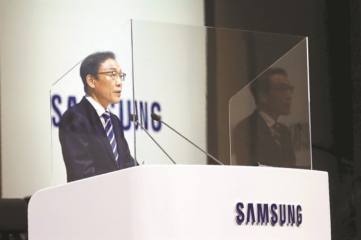 Kim Ki-nam, vice chairman and CEO of Samsung Electronics' device solutions division, speaks during the company's annual general meeting in Suwon, Wednesday. / AP-Yonhap