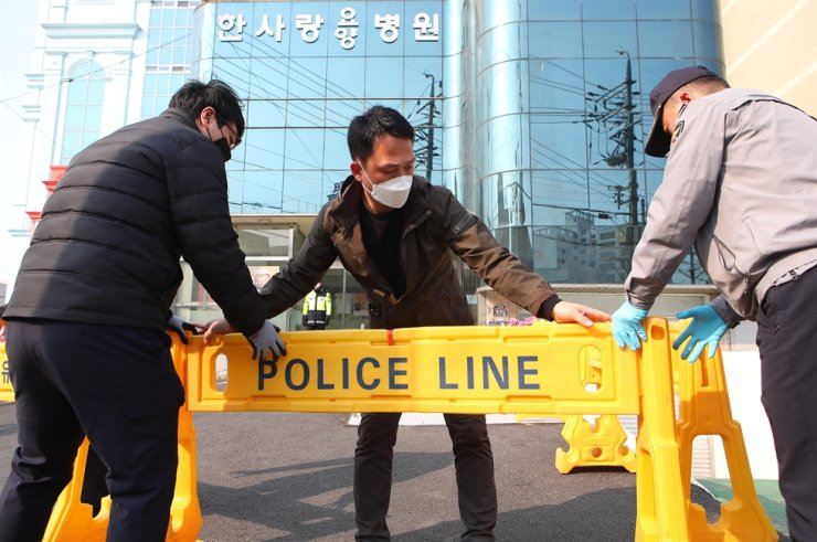 Police in Daegu set up a barricade in front of Hansarang Hospital for the elderly which saw dozens of new coronavirus cases, in Daegu, Thursday. / Yonhap