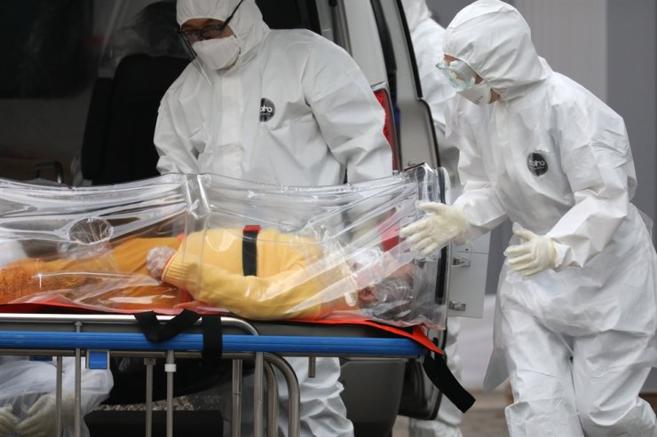 Medical workers transfer a coronavirus patient to Seonam Hospital in Seoul, a government designated facility for patients with severe symptoms, Monday. Korea Times photo by Choi Won-suk