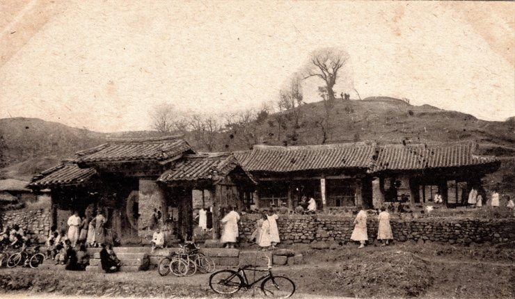 Bicycles at Byeokjegwan in Gyeonggi Province, circa 1910-1930s. /Courtesy of Diane Nars Collection