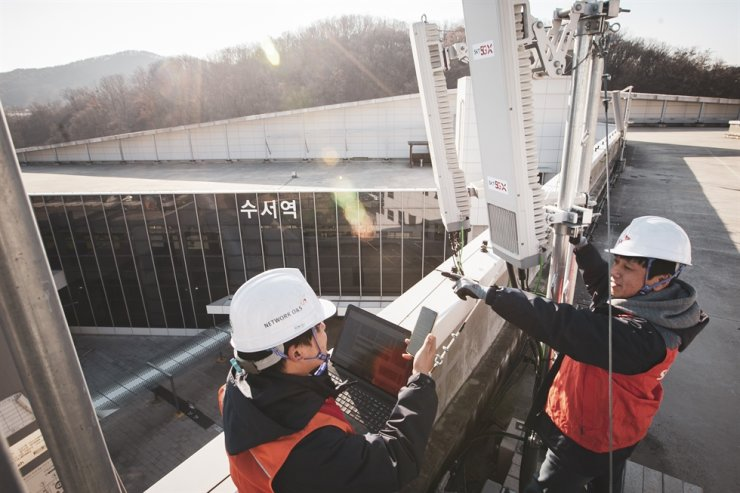 SK Telecom employees install a 5G base station at Suseo Station in Seoul. Courtesy of SKT