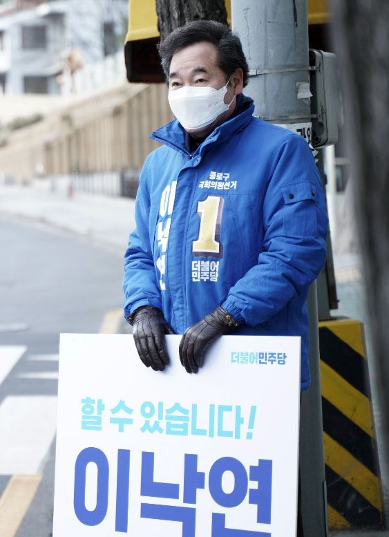 A health worker takes a sample for a test on coronavirus COVID-19 infection at a Seoul hospital. Yonhap