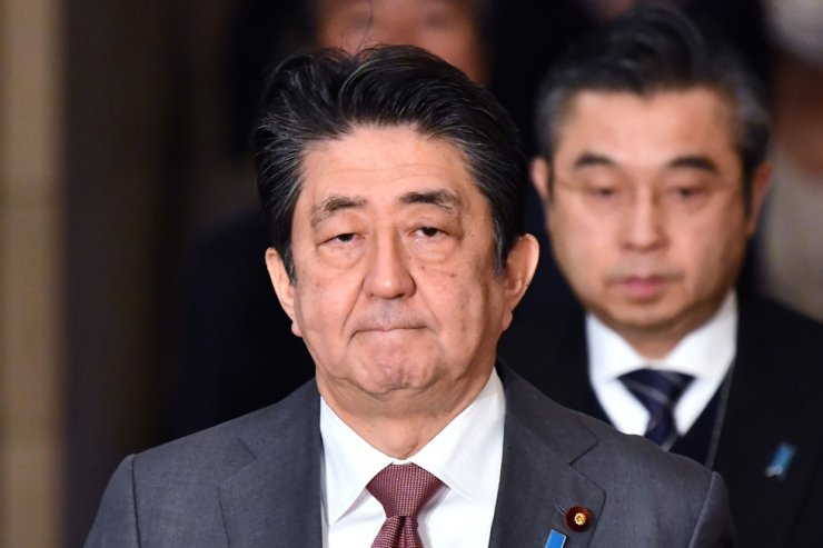 This picture taken on March 4, 2020 shows Japan's Prime Minister Shinzo Abe arriving to attend a upper house budget committee session at parliament in Tokyo. - Japan will quarantine people coming from China and South Korea for two weeks on arrival to prevent the spread of the COVID-19 coronavirus, the country's prime minister said on March 5. (Photo by Kazuhiro NOGI / AFP)