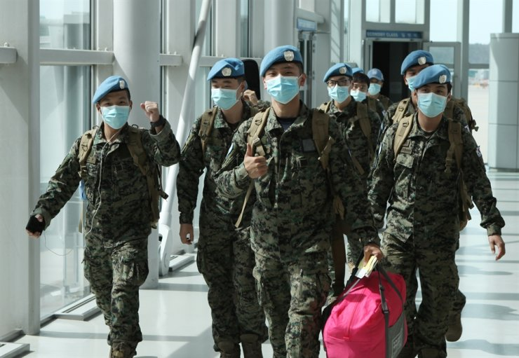 Korean soldiers smile after arriving at Incheon International Airport, Saturday, after completing their nine-month mission in South Sudan. Yonhap