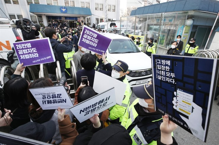 Citizens protest outside Jongno Police Station in central Seoul, calling for strong punishment of those involved in the Telegram sexual exploitation case, Wednesday, as a car carrying prime suspect Cho Ju-bin exits the parking lot. / Korea Times photo by Shim Hyun-chul