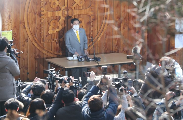 Shinchonji Church founder and chairman Lee Man-hee speaks about the coronavirus during a news conference at the cult's mansion 'the peace palace' in Gapyeong, Gyeonggi Province, on Mar. 2. / Yonhap