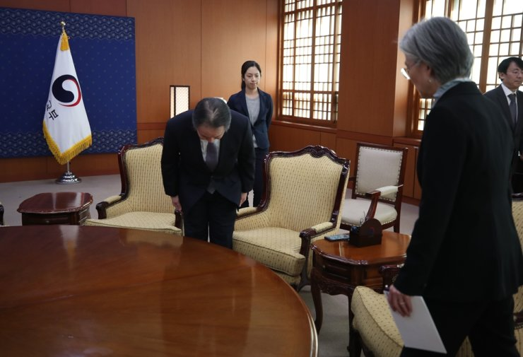 Japanese Ambassador Koji Tomita bows to Foreign Minister Kang Kyung-wha when he was called for Korea to protest about his country's quarantine measure. Korea Times