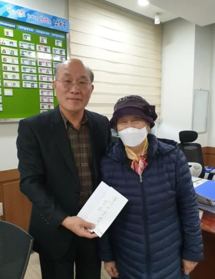Choi Soon-hee, right, with an official after her cash donation at a public welfare center in Namdong-gu, Incheon. Courtesy of Namdong-gu Office.