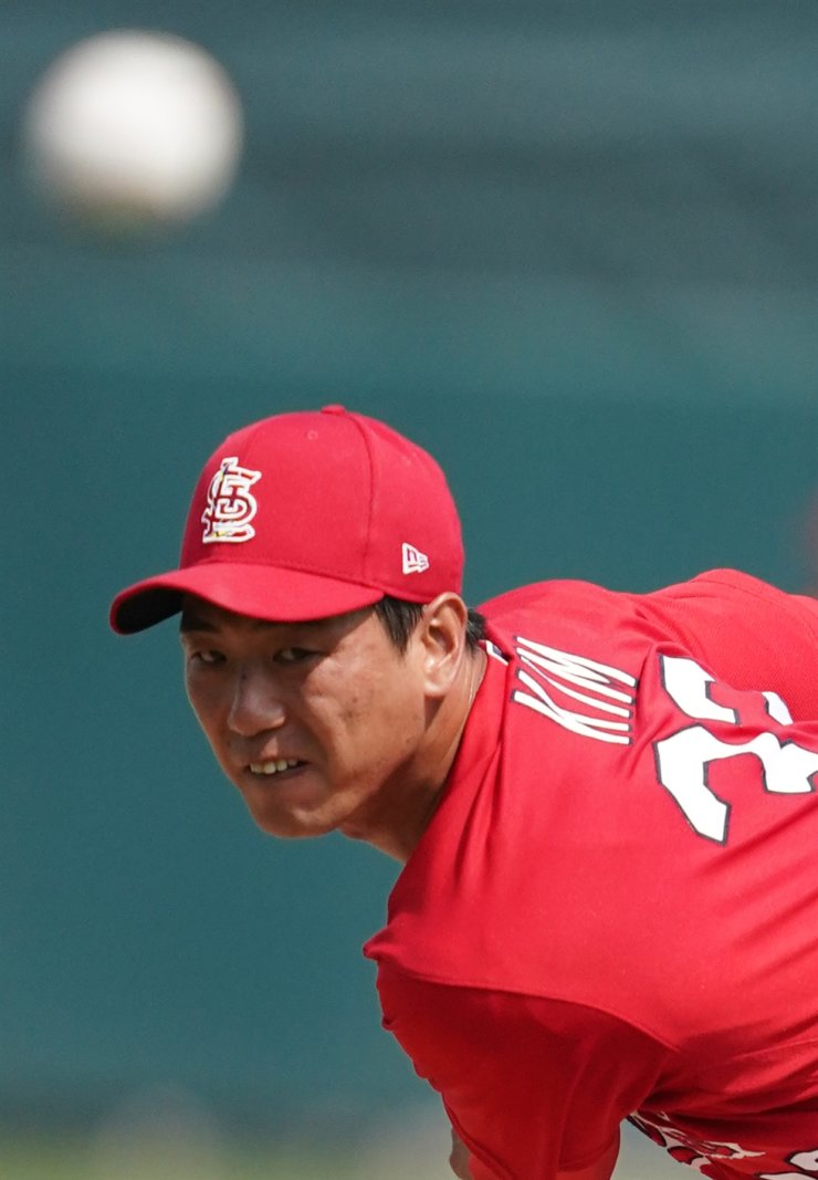 St. Louis Cardinals starting Kwang-Hyun Kim pitches against the Miami Marlins at Roger Dean Chevrolet Stadium in Jupiter, Fla. on Feb. 26. Yonhap