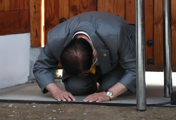 Shincheonji Church Founder Lee Man-hee bows on his knees to apologize during a press conference at a church facility in Gapyeong, Gyeonggi Province, Monday./ Korea Times photo by Shim Hyun-chul