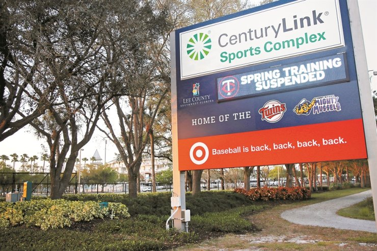 A sign outside Hammond Stadium reads 'spring training suspended' after a baseball game was cancelled between the Minnesota Twins and the Baltimore Orioles, Thursday, in Fort Myers, Fla. Major League Baseball has suspended the rest of its spring training game schedule because if the coronavirus outbreak. MLB is also delaying the start of its regular season by at least two weeks. / AP-Yonhap
