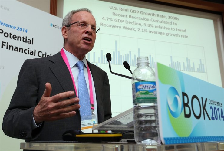 Harvard University economics professor Robert Barro delivers a keynote speech during the Bank of Korea International Conference at the central bank's headquarters in Seoul in this 2014 file photo. / Yonhap