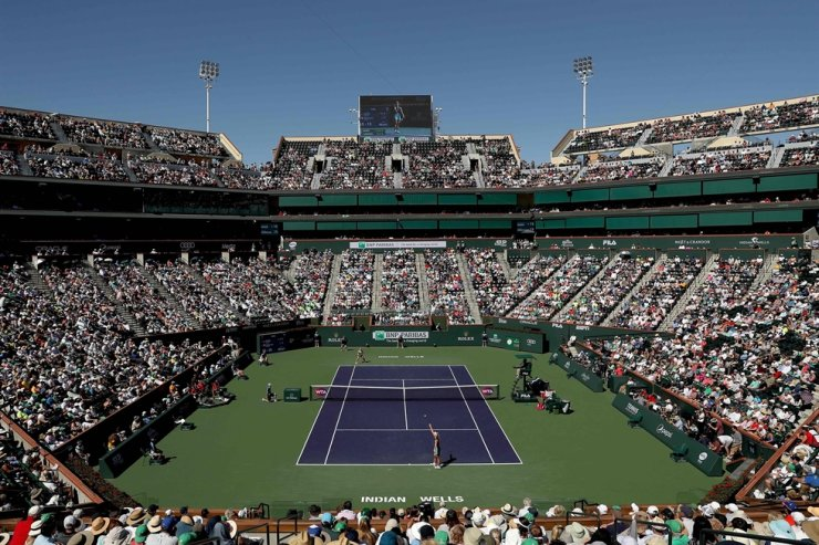 Angelique Kerber of Germany serves to Bianca Andreescu of Canada during the women's final of the BNP Paribas Open at the Indian Wells Tennis Garden in Indian Wells, Calif, March 17, 2019. The ATP and WTA tennis seasons have been suspended until June 7 due to the coronavirus pandemic, the two tour organizers announced on Wednesday. 'The professional tennis season is now suspended through June 7, including the ATP Challenger Tour and ITF World Tennis Tour. At this time, tournaments taking place from June 8 onwards are still planning to go ahead as per the published schedule,' the ATP and WTA said in a joint statement. The announcement temporarily shuts down the men's and women's clay court season a day after the French Open was pushed back to September. / AFP-Yonhap