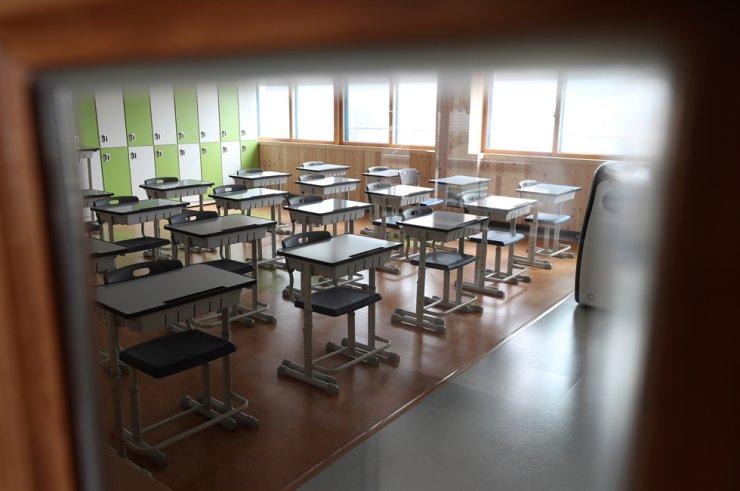 Empty classroom in a Gangwon Province high school / Yonhap