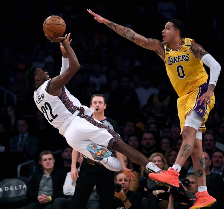 Caris LeVert, left, of the Brooklyn Nets attempts a shot in front of Kyle Kuzma of the Los Angeles Lakers during a 104-102 Nets win at Staples Center on Tuesday in Los Angeles, Calif. / AFP-Yonhap