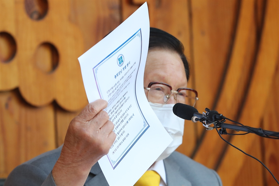 Shincheonji leader Lee Man-hee makes a deep bow before reporters in a show of apology over his followers' contribution to the widespread of coronavirus in South Korea at the Palace of Peace, a training center for Shincheonji believers, in Gapyeong, Gyeonggi Province, Monday. Korea Times photo by Shim Hyun-chul