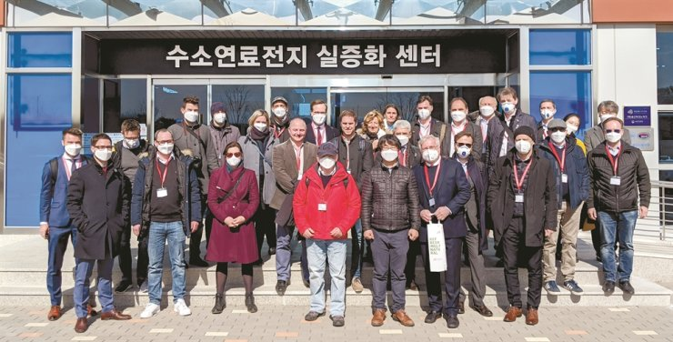 Members of an Austrian business delegation pose for a group photo during their visit to a research and development center in Ulsan, Feb. 24, to promote Austria's hydrogen technology. The delegation's visit was arranged by the Embassy of Austria in Korea. / Yonhap