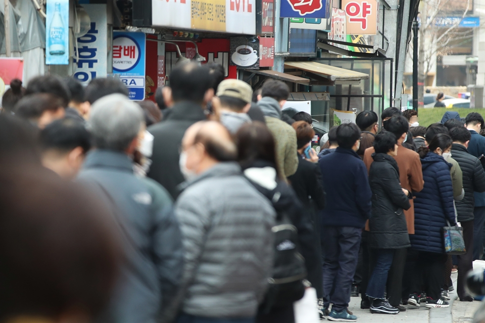 Fear and anxiety are the key driving forces behind Koreans' panic buying frenzy. / gettyimagesbank