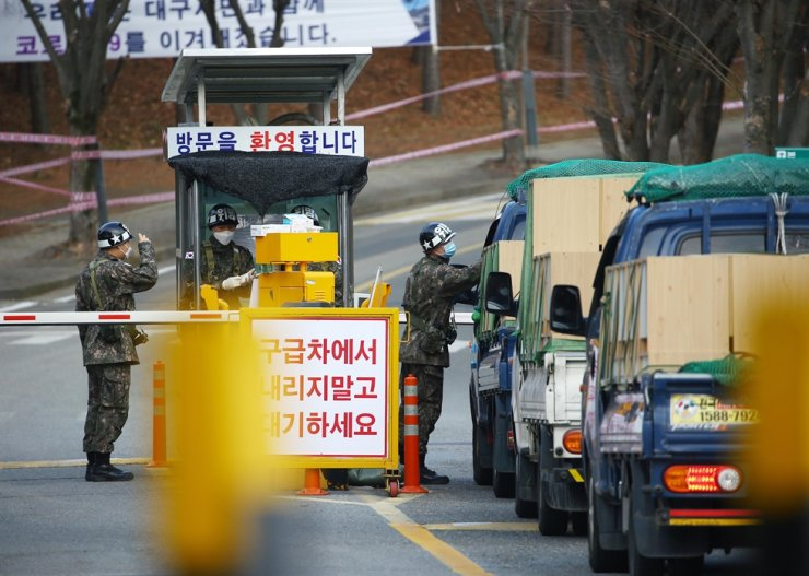 Soldiers screen visitors at the entrance to the military hospital in Daegu, South Gyeongsang Province, Tuesday. Yonhap