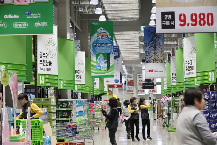 Workers prepare for the opening of E-Mart's very first warehouse store Traders in Nowon-gu, Seoul in this 2019 file photo. / Yonhap