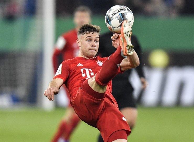 Bayern's Joshua Kimmich plays the ball during the German football cup, DFB Pokal, quarter-final match between FC Schalke 04 and Bayern Munich in Gelsenkirchen, Germany, Tuesday. / AP-Yonhap
