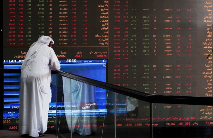 A Kuwait trader checks stock prices at Boursa Kuwait in Kuwait City, Sunday. /AFP