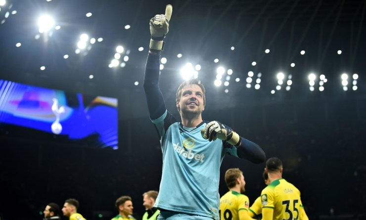 Norwich City's Dutch goalkeeper Tim Krul celebrates with his teammates after winning the English FA Cup fifth round football match between Tottenham Hotspur and Norwich City at Tottenham Hotspur Stadium in London, Wednesday. / AFP-Yonhap