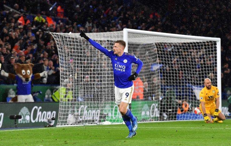 Leicester City's English striker Jamie Vardy celebrates after scoring their third goal during the English Premier League football match between Leicester City and Aston Villa at King Power Stadium in Leicester, central England on Monday. Leicester won the game 4-0. / AFP-Yonhap