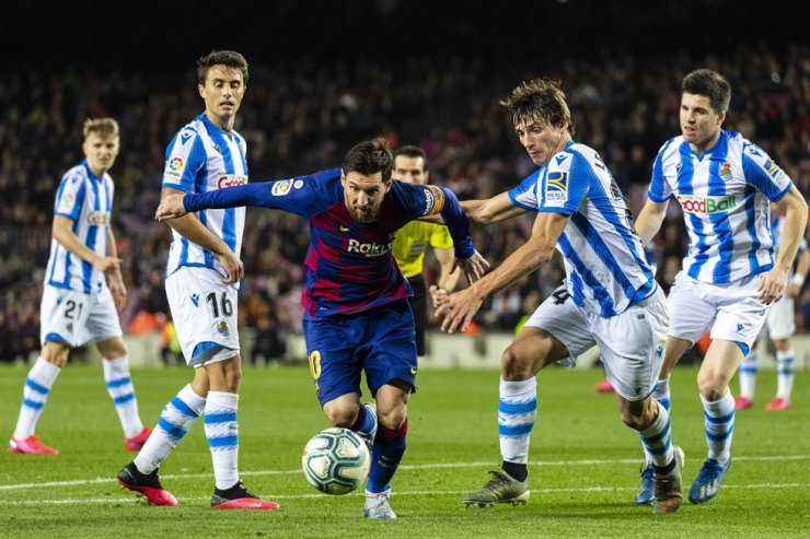 FC Barcelona's Lionel Messi, center, competes during a Spanish league football match between FC Barcelona and Real Sociedad in Barcelona, Spain. / Xinhua-Yonhap
